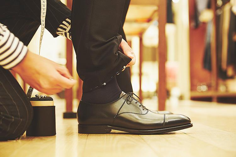 <strong>「靴もいつもに近いものに変えてみましょう」</strong><br />「普段履いている靴に近いものを持ってきてくれて、そのうえで丈調整できるのがいいですね。とても親切なサービスです」(森岡)