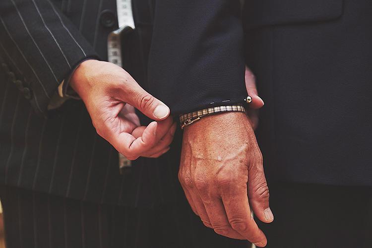 <strong>袖丈もきっちりジャストサイズに</strong><br />意外とジャケットの印象を左右する袖丈もきっちりジャストに合わせる。