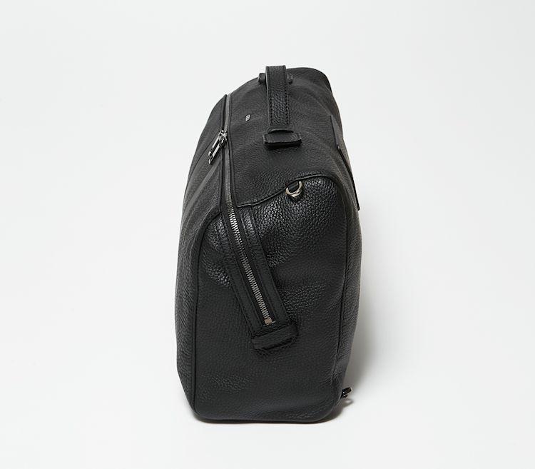 側面から見ると、ジップが斜めに取り付けられていることがよくわかる。このおかげで鞄を肩に掛けているときも、腕をひねることなくバッグ内から必要なものを取り出せる。