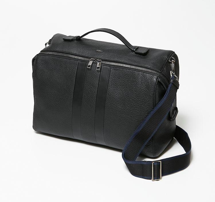 ソフトな牛革とナッパ風の牛革が、黒の同色ストライプになった控えめなデザインも仕事鞄として◎。取り外せるストラップも、さりげなく青いライン入りで気が利いている。
