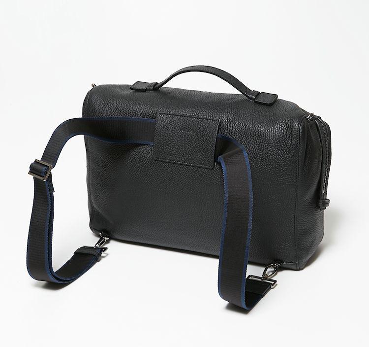 ストラップを背面のスリットに通せば、バックパックに早変わり。使い勝手のよすぎるバッグは、ビジネス使いはもちろん、休日バッグとしても末永く活躍してくれそうだ。