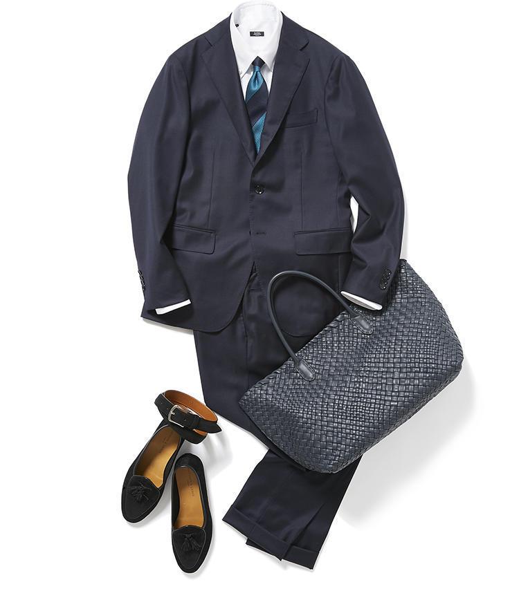 <b><font color='red'>グジ</font><br />小物に少し気を遣うだけでネイビースーツは夏らしくなる</b><br />日に日に蒸し暑くなるこの時季、スーツを着るならこんなコーディネートが理想的。 <br />「梅雨間近の今、スーツスタイルには爽やかさが必要です。大手町での商談を想定した月曜日は、通年着られるネイビースーツを中心に同系色のストライプネクタイとレザートートをコーディネートしました。スーツとネクタイはともに光沢が控えめなので、夏の日差しの下でも暑苦しく見えることはありません」(アシスタントバイヤー小林 豪さん)<br /><a class='u-link--ex' href='https://www.mens-ex.jp/fashion/feature/190610_11275.html' target='_blank'>コーディネートの詳細はこちら</a>