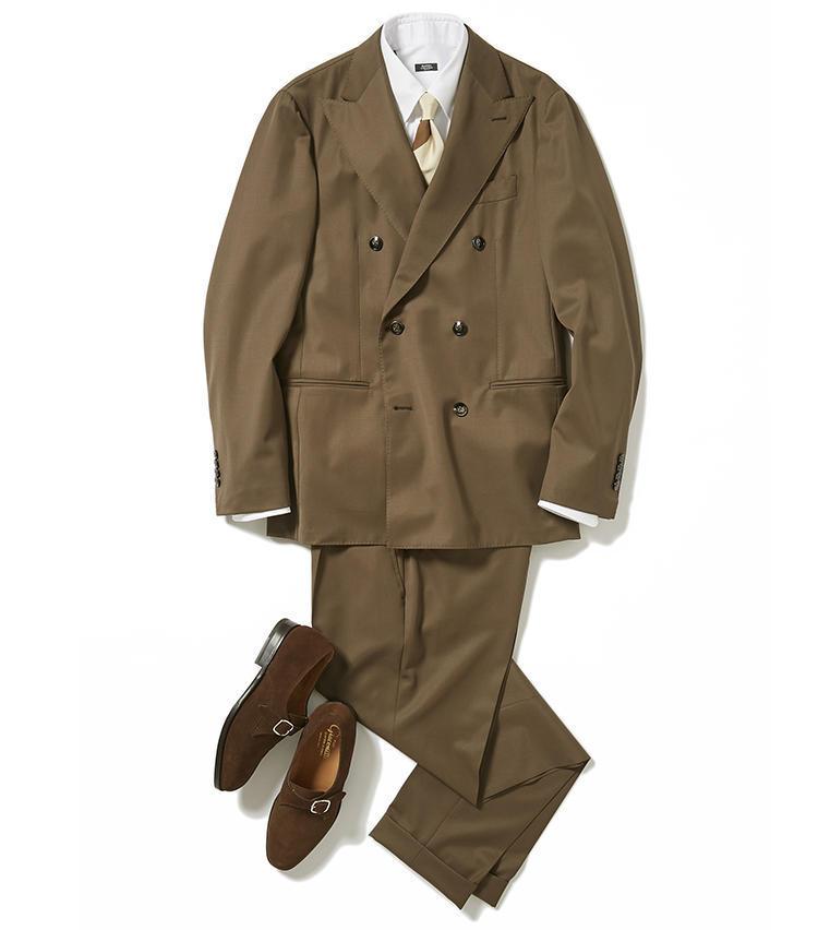 <b><font color='red'>グジ</font><br />内勤デーはイメチェンの好機。まずは安心感のあるブラウンコーデがおすすめ</b><br />旬のブラウンスーツの着こなしで悩んでいるのなら、こちらを参考にしてみては。<br /> 「六本木のオフィスにこもる火曜日は、今年らしいブラウンスーツに挑戦してみては。発色の美しいブラウンのダブルスーツに合わせたのは、同系色のストライプネクタイとスエードシューズ。こうしたブラウン基調のビジネススタイルは、威厳や落ち着きと同時に華やかさも演出できます。制服的なスーツとは異なる遊び心があるので、まずは内勤の日に着てみて次第に慣らしてみては」(アシスタントバイヤー小林 豪さん)<br /><a class='u-link--ex' href='https://www.mens-ex.jp/fashion/feature/190611_11276.html' target='_blank'>コーディネートの詳細はこちら</a>