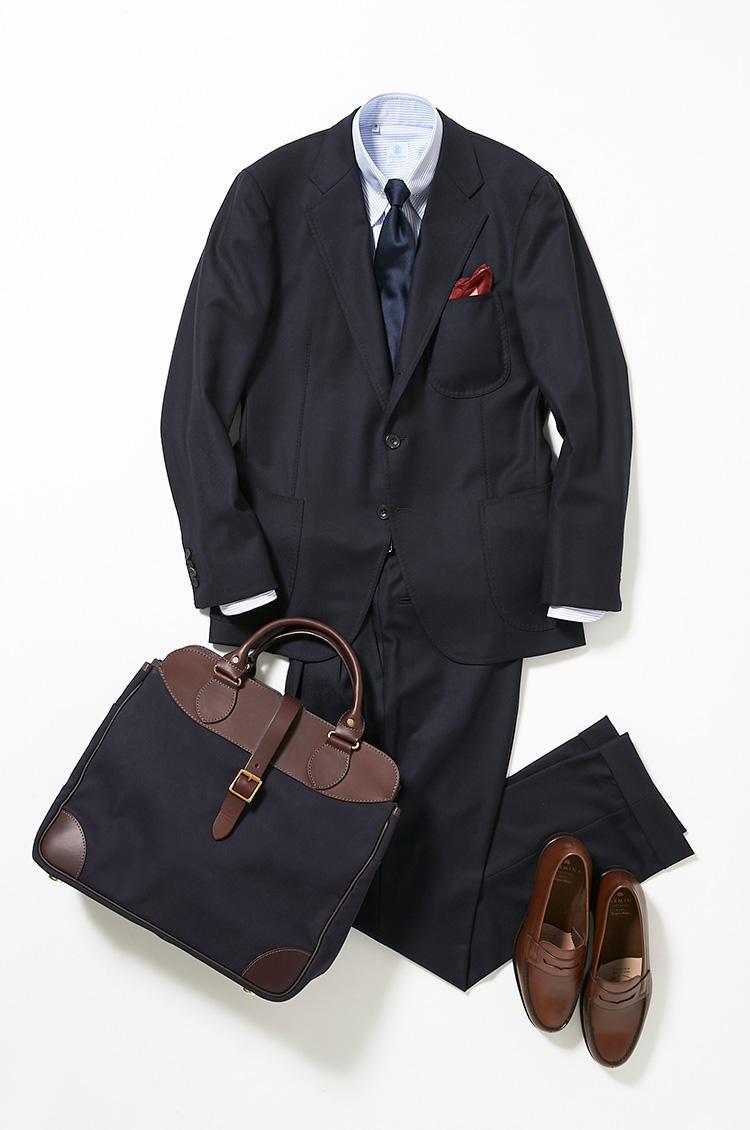 <b><font color=red>伊勢丹</font><br />王道のネイビースーツで爽やかに始める一週間</b><br />社内での会議やプレゼンで始まる月曜日は、王道の紺無地スーツできりりとスタート。 <br />「週始めは決めすぎのスーツよりは、肩の力を抜いたやわらかいスーツの方がエンジンがかかりやすく、パフォーマンスも引き出せる気がします。とはいえ、仕事なのでくだけすぎた印象はご法度。しっかりとネクタイを締めて業務に臨みます。その上でボタンダウンシャツのボタンをあえて外したり、カラーバーを使って襟元に立体感を演出したりして、抜け感を意識すると若手社員のネイビースーツとは差をつけられます」(バイヤー山浦勇樹さん)<br /><a class='u-link--ex' href='https://www.mens-ex.jp/fashion/feature/180917_9028.html' target='_blank'>コーディネートの詳細はこちら</a>