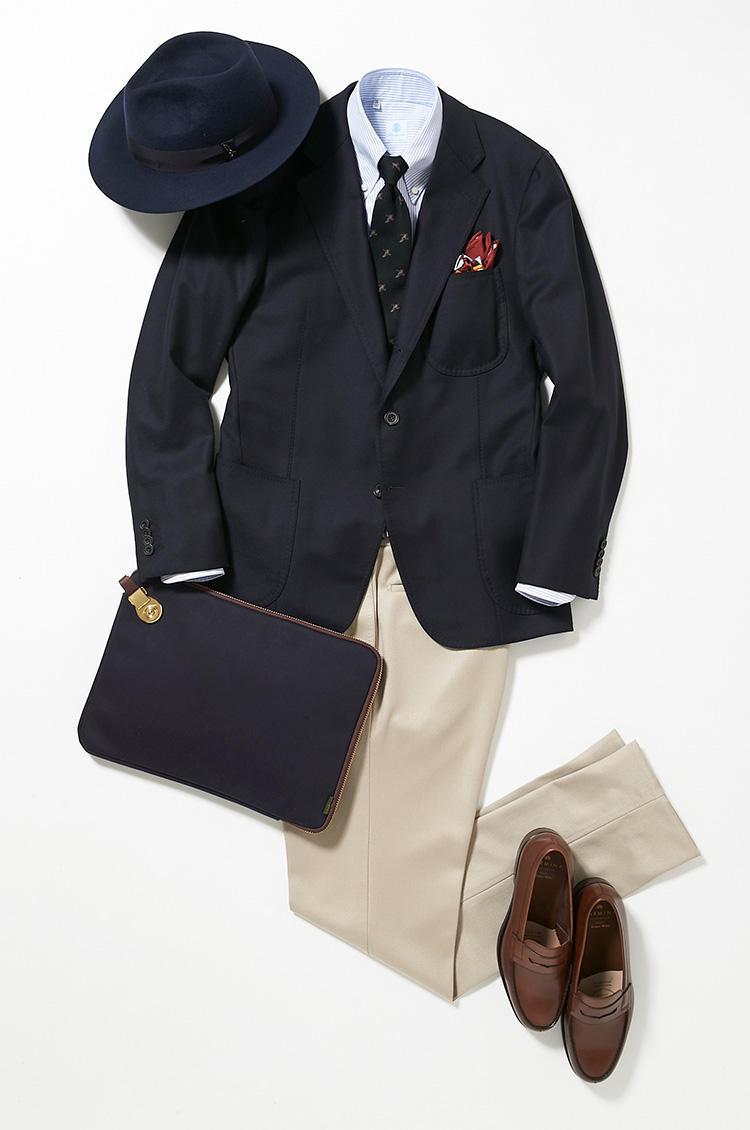 <b><font color=red>伊勢丹</font><br />カジュアル以上ビジネス未満の休日はトラッド調が正解</b><br />平日、スーツをパリッと着こなしているミドルは、休日に何を着るべきか? 山浦さんが示してくれた紺ブレを軸としたトラッドスタイルは、一つの良きお手本だ。こちらのコーディネートは、月曜で着用したネイビースーツのジャケットのみを紺ジャケ風に再度流用し、下をオフ白のドレスパンツにしてトラッド感を出した。 <br />「休日は自己啓発のために出歩いたり、スキルアップ系の習いごとをしている方も多いのでは。そんな日におすすめなのが、トラッド調のスタイリング。知識欲に応える話題の美術展などを訪れるときは、3パッチポケットのジャケットを軸に、チノパンやローファーなどで程良くカジュアルに装いつつ、くだけすぎないのがポイントです」(バイヤー山浦勇樹さん)<br /><a class='u-link--ex' href='https://www.mens-ex.jp/fashion/feature/180922_9041.html' target='_blank'>コーディネートの詳細はこちら</a>