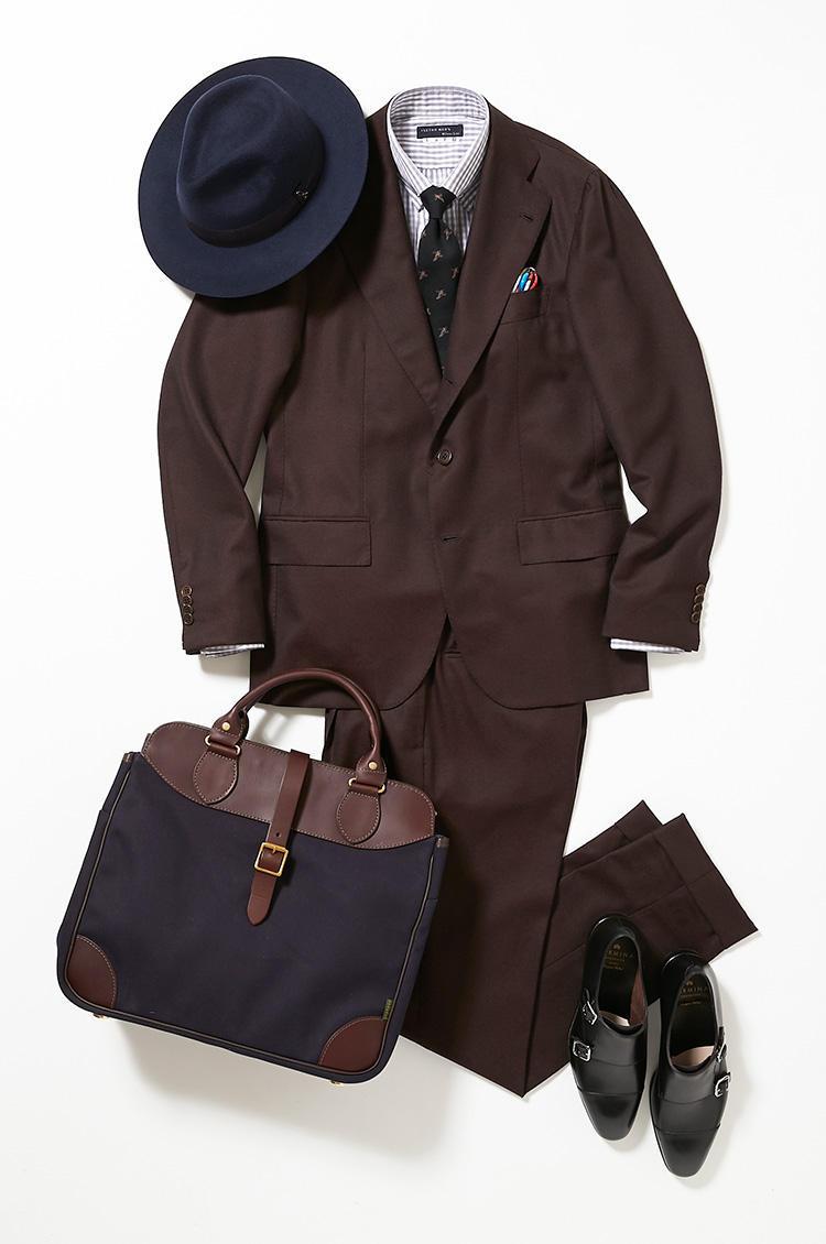 <b><font color=red>伊勢丹</font><br />外回りは都会的で優しげなブラウンスーツで印象アップ</b><br />ネイビースーツやグレースーツばかりのなか、ミドルエイジの貫禄を無理なく表現できるのが落ち着いたダークブラウンスーツ。 <br />「都内で商談の日は相手に緊張感を与えるような、決めすぎのスーツは威圧的。ここではリラックスムードで話が弾むような、柔らかな作りのブラウンスーツとグレーの優しげなギンガムチェックシャツを選びました。書類やパソコンも収納できるトートバッグは月曜日と同じ。外回りの日差しをさえぎる中折れ帽は、シンプルなデザインでスーツの世界観に馴染ませています」(バイヤー山浦勇樹さん) <br /><a class='u-link--ex' href='https://www.mens-ex.jp/fashion/feature/180918_9032.html' target='_blank'>コーディネートの詳細はこちら</a>