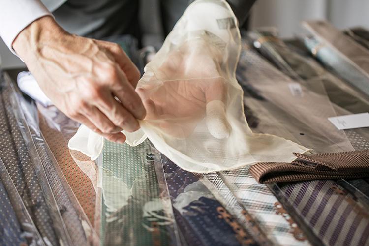 極薄シルクの柔らかさを活かして、ふんわりと巻いていくのがコツ。