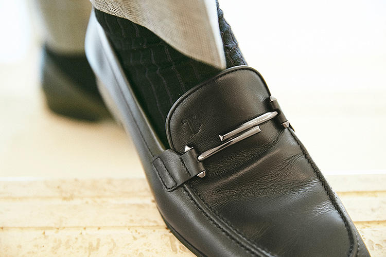 マットな「ダブルT」が、足元に控えめな華を添える。