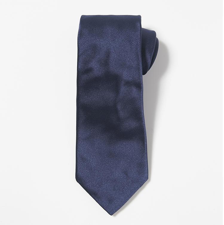 <b>8.ストラスブルゴの紺無地ネクタイ</b><br />オリジナルのシルクサテンネクタイは毎シーズン、トレンドの幅や長さに調整。1万8000円(ストラスブルゴ)