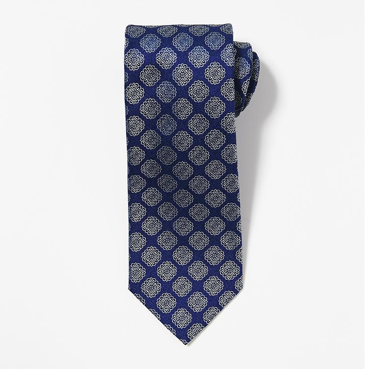 <b>10.シャルベの小紋柄ネクタイ</b><br />角度によって艶めきが変わるシルバーがかった小紋柄が、センスを感じさせるフランスのネクタイ。3万円(ストラスブルゴ)