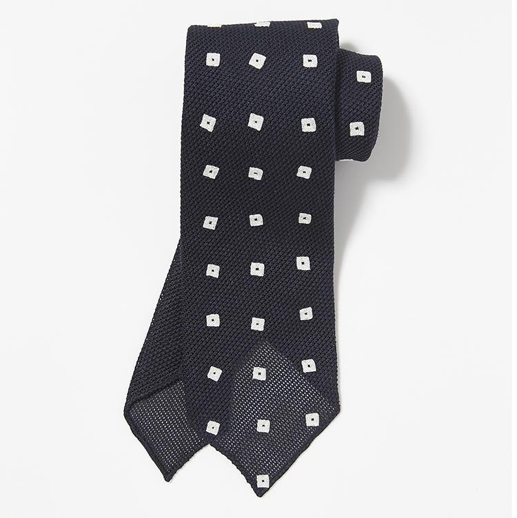 <b>11.ジュープ バイ ジャッキーの刺繍ネクタイ</b><br />オランダの女性デザイナーが手掛けるネクタイは、紺地に手刺繍で施した小紋柄がアートのようなオーラを発揮。3万3000円(ストラスブルゴ)