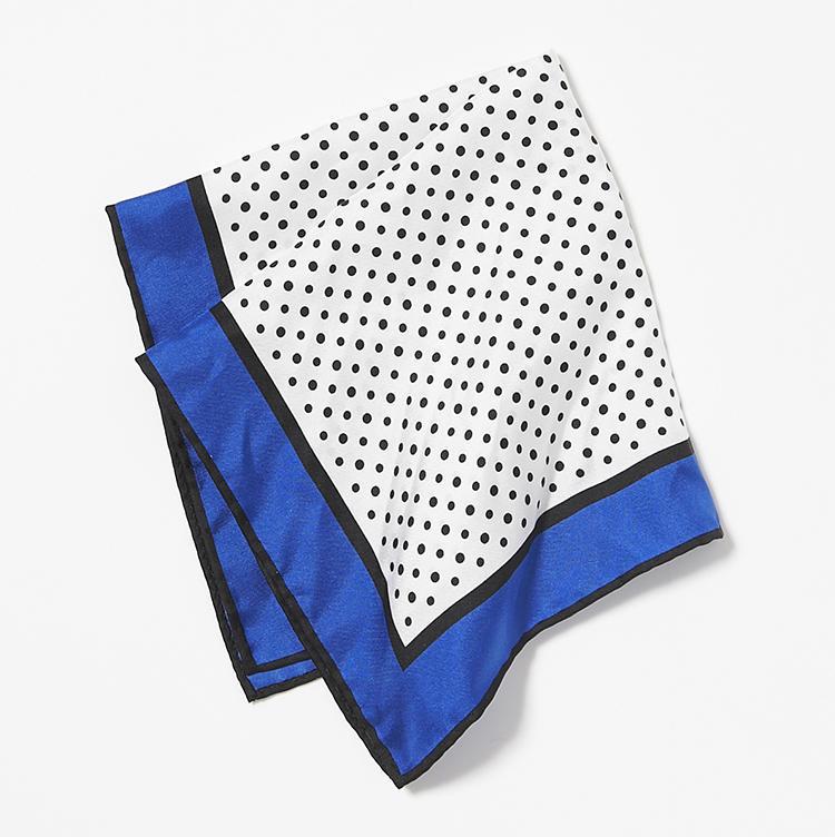 <b>13.ニッキーのプリントチーフ</b><br />白黒のドット柄を青で縁取りしたシルクチーフは、挿し方次第でイメージチェンジ。7000円(ストラスブルゴ)