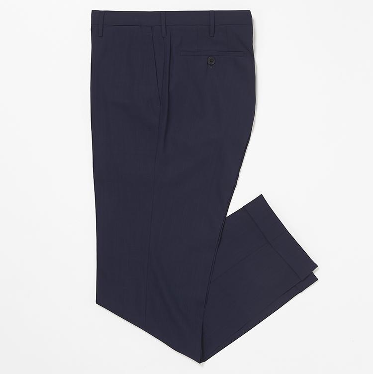 <b>15.ロータの紺無地パンツ</b><br />細く長く見えるのに疲れ知らずのサマーウールパンツは、パンツ一筋の専門ブランドならでは。6万円(ストラスブルゴ)