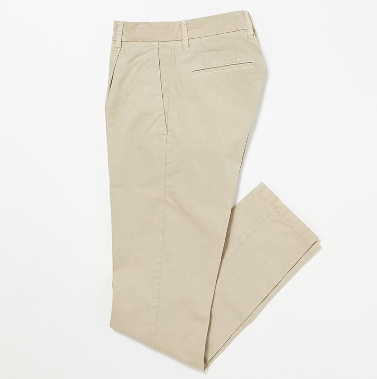 <b>16.シヴィリアのチノパン</b><br />1プリーツ入りのゆったりした腰回りや、裾にかけて緩やかに細くなるシルエットがトレンドを押さえている。2万6000円(ストラスブルゴ)