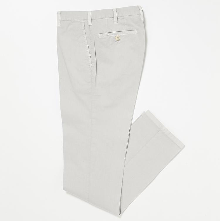 <b>17.ロータのホワイトパンツ</b><br />コットンストレッチ素材のパンツは、洗いを施した表情や膝の曲げ伸ばしもラクな穿き心地が大人のオフにちょうどいい。3万5000円(ストラスブルゴ)