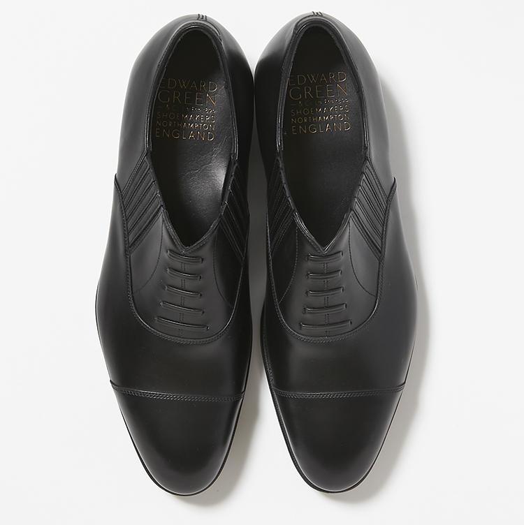<b>20.エドワード グリーンの黒のストレートチップ</b><br />妥協なき素材選びや手作業が光る逸品英国靴。「セルウィン」は汎用性の高い内羽根式ストレートチップに、着脱しやすいサイドゴアをプラス。17万円(ストラスブルゴ)