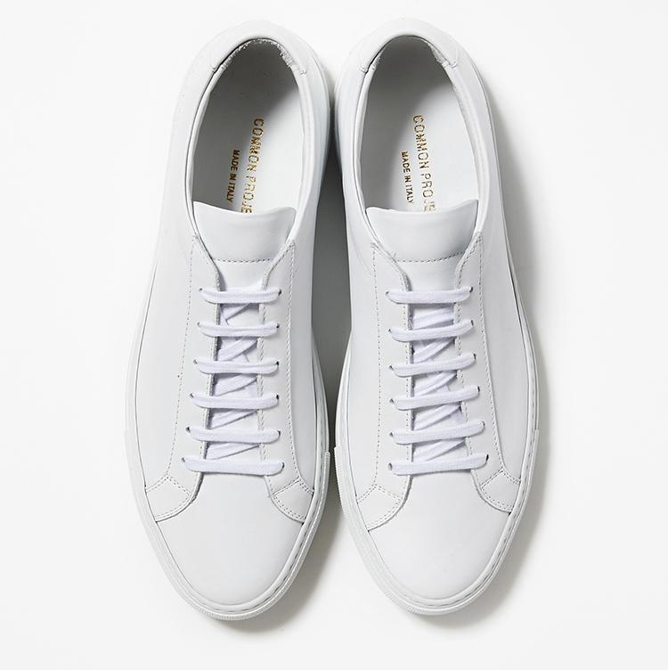 <b>23.コモンプロジェクトの白スニーカー</b><br />NY発のスニーカーはマットなレザーが程良くモード。休日スタイルの鮮度を一気に上げてくれる。4万7000円(ストラスブルゴ)