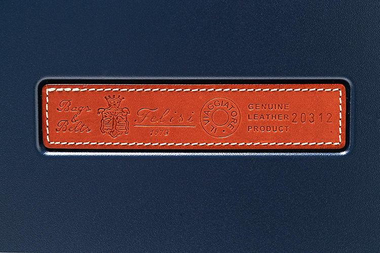 <strong>ブランドロゴもレザー</strong><br />ボディのフェイス部分には、フェリージお馴染みのバケッタレザー製プレートが。「IL VIAGGIATORE」(イタリア語で「旅人」)の刻印が入るのは本作だけの仕様となる。