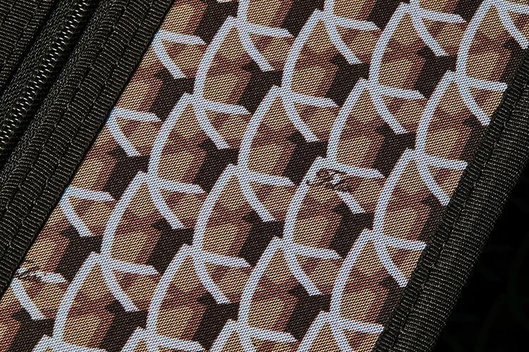 <strong>実はフェリージのロゴとフェリージ家の紋章の盾</strong><br />内装に用いられている柄はフェリージのアーカイブからピックアップしたもので、ブランドロゴとフェリージ家の紋章の盾をモチーフにしたモノグラム柄。レトロクラシックな趣が魅力的だ。