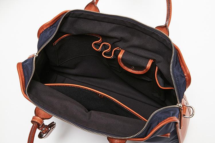 <strong>中のポケットも大充実!</strong><br />内部は両側面にポケットを備え、ペン差しやフラップ付きポケットなど用途も多彩。ビジネスツール各種を整理して収納できるため、出先でゴソゴソと鞄をあさる不体裁をさらす心配もない。