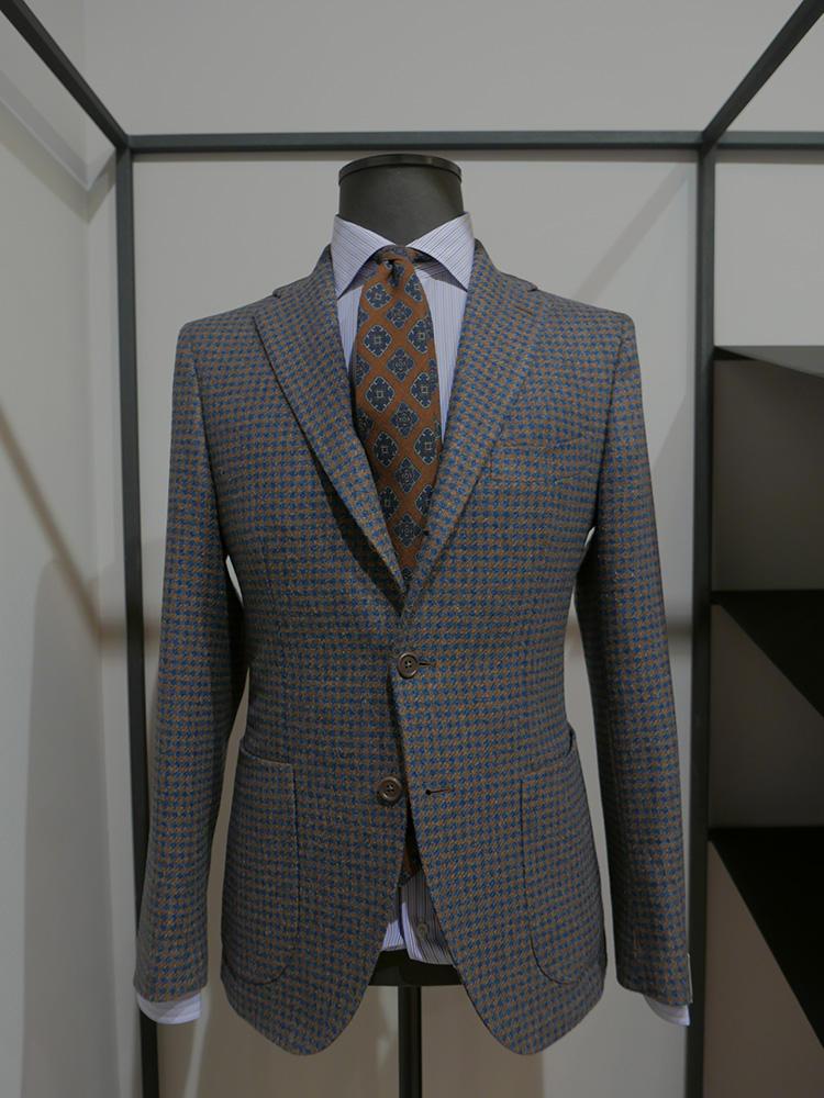 今、日本でも人気のジャケットは、シャツ同様に着心地を重視したカッティングと縫製にこだわっている。立体感があり、ビジネスシーンできちんと見えながら、肩周りなどはナポリ仕立てで柔らかくとても着やすい。