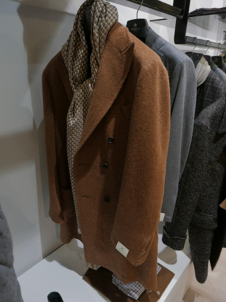 ビッグラペルが貫禄たっぷりなチェスターコート。