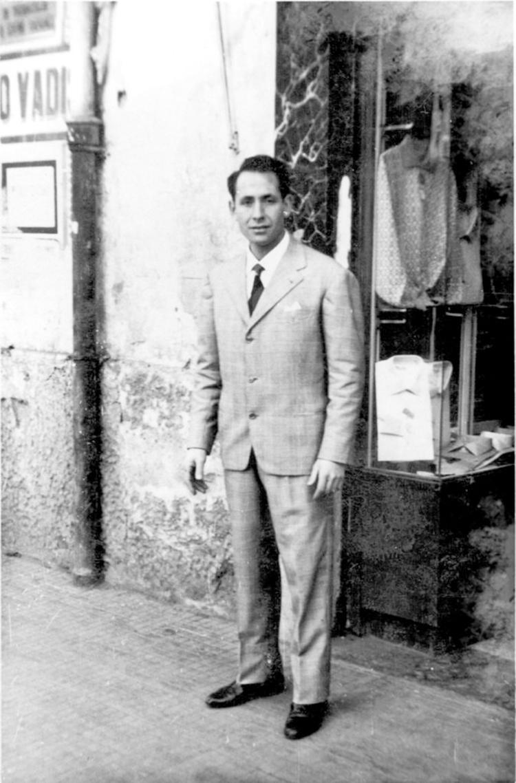 母のシャツ作りを見て育った後、1957年に、現当主ファビオ ボレッリの父、ルイジ ボレッリ氏が自身の名を冠したシャツ工房を創業。