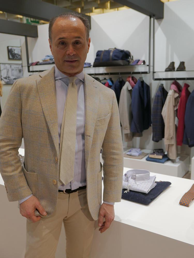 ファビオ・ボレッリ氏。がっちり鍛えた身体にシャツ&ジャケットがよく似合う。