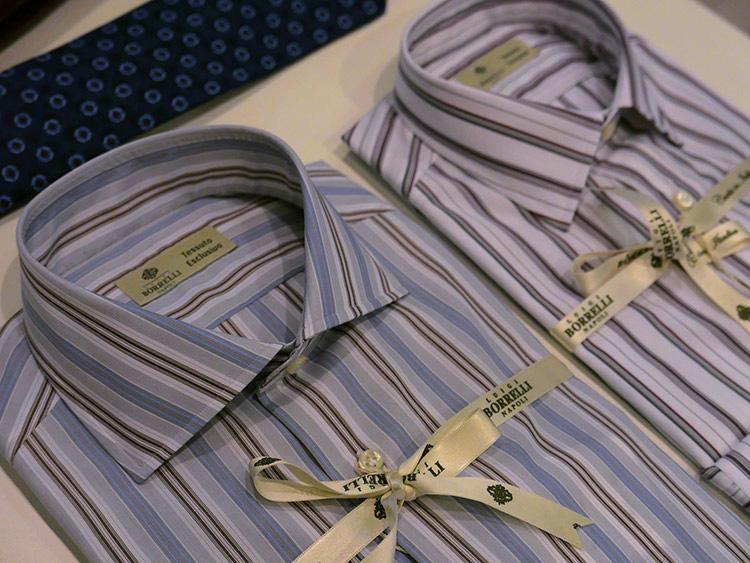 ネイビー、グレー、ブラウン系、どのスーツにも合わせやすく、存在感のある胸元を演出できる。