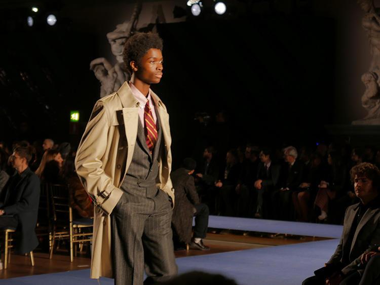 アイコニックなネクタイに合わせたスーツは、フロントの仕様がモダンに。