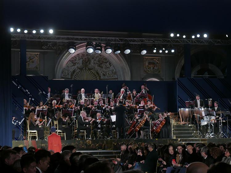 ランウェイを最高に盛り上げたのが、オーケストラ・フィルハーモニカ・イタリアーナ。ランウェイショーというと、デジタルな音が多いが、この生オーケストラというのがパラッツォ宮殿の歴史ある雰囲気とマッチして最高だった。