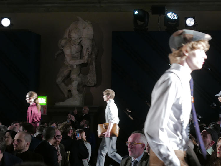 国宝級の美術品の間を、モデルが歩くという贅沢。これぞイタリアの懐の深さ!