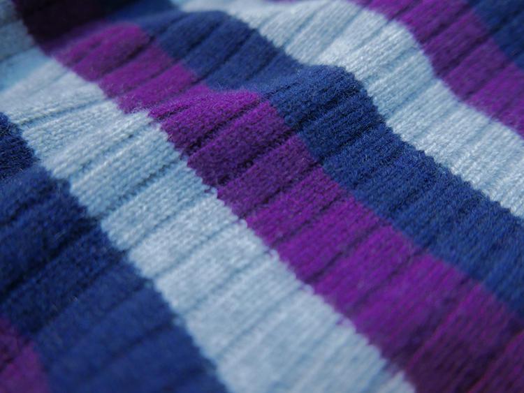 縦の目は、3本に1本を針抜きして作る畦編み。この編み地の縦の目と、ボーダーラインの横の目が視覚的に交差して立体感が生まれる。
