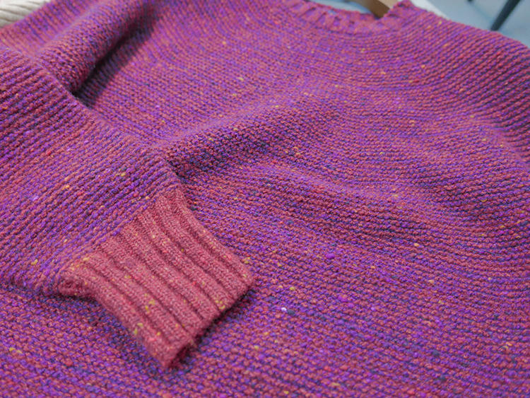 こちらは、円形状の編み地にネップの糸がユニーク。