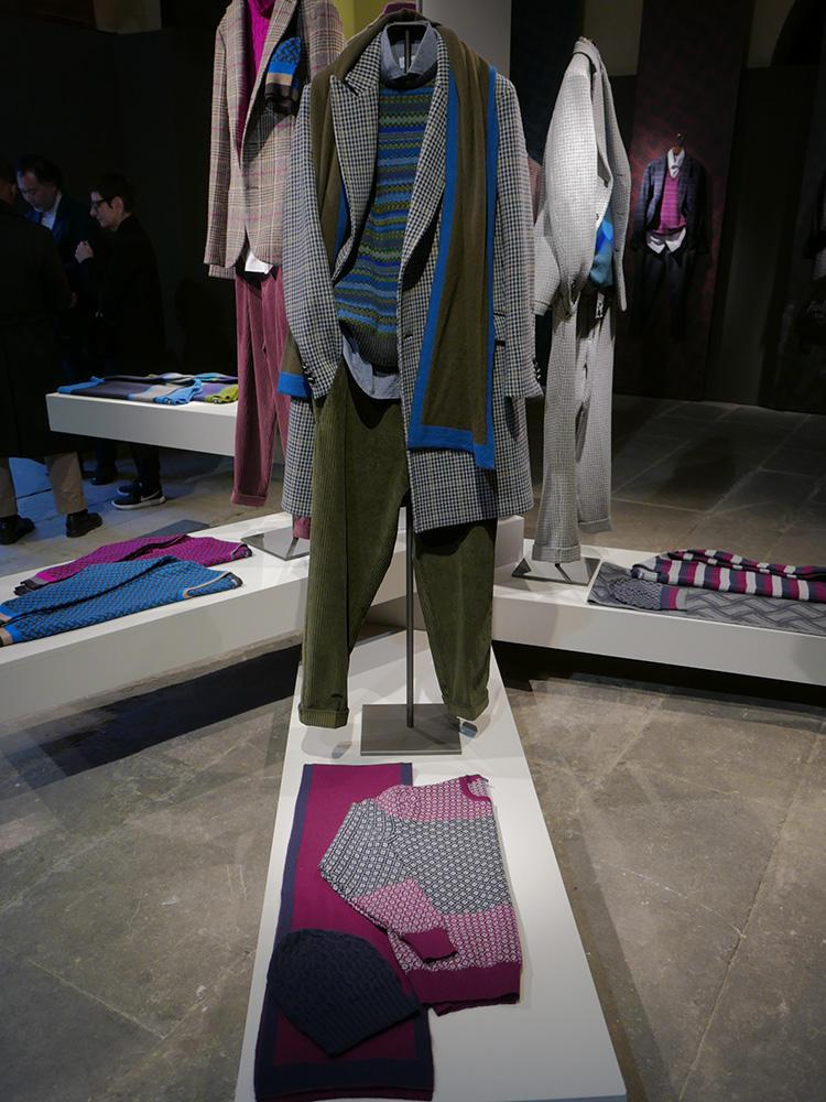 柄ニット×柄コートも、色のトーンがあっていると意外に自然に馴染む。