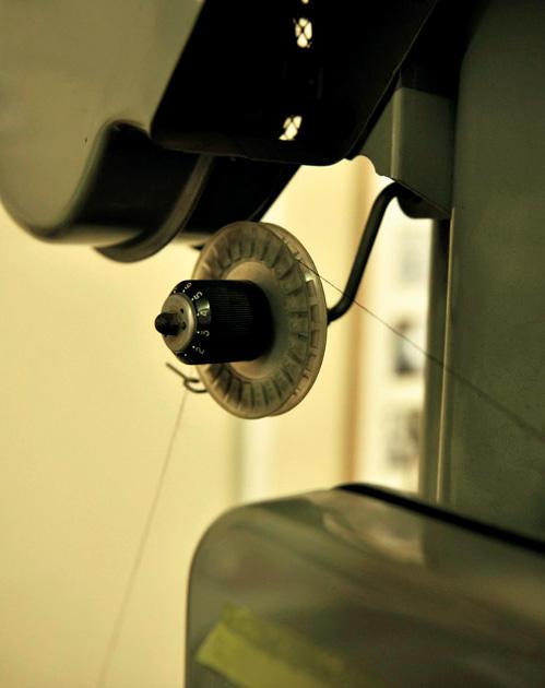 糸が切れやすくないか、機械で引っ張って強度を検査。