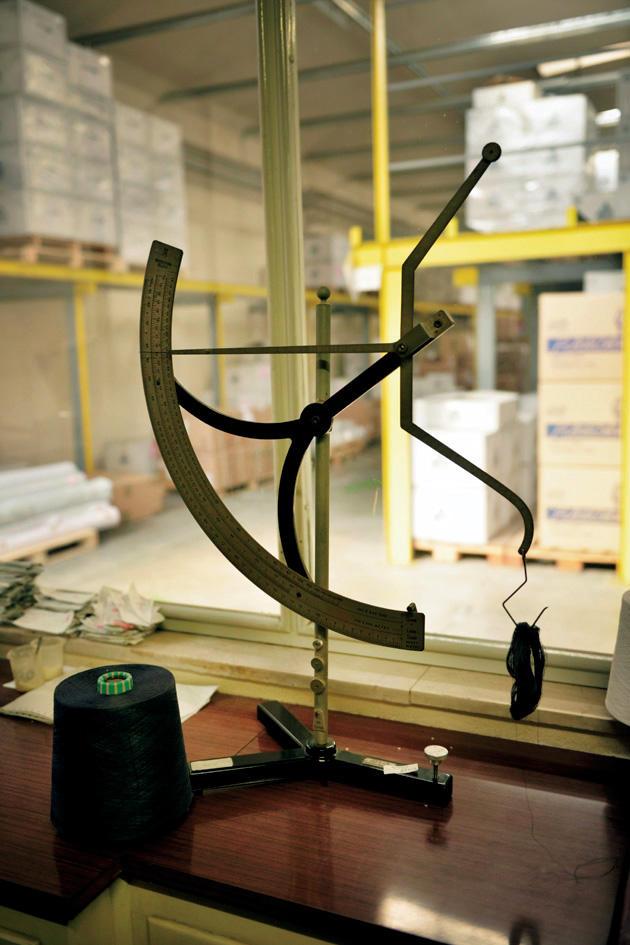 糸の重量が適切か、cm単位で天秤に吊るして検査。