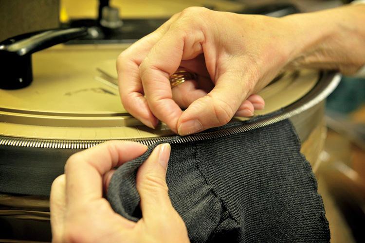 ハイゲージニットの袖リブ部分など、細かい部分は職人が手作業でリンキングを行う。