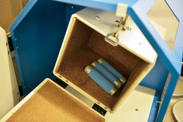 編み立てた生地の一部は、サンプルとして「ピリング」検査をする。箱の中で7200回、回転させた後、毛玉になりやすいものは製品化しない。
