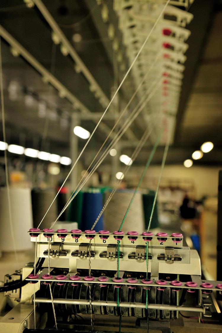厳しい検査工程をクリアした糸のみが編み立て機にかけられ、靴下やニットに形を変えていく。ドルモアの工場の機械は、このように最大6色の糸を撚り合わせることができるので、美しいメランジ糸が作れる。