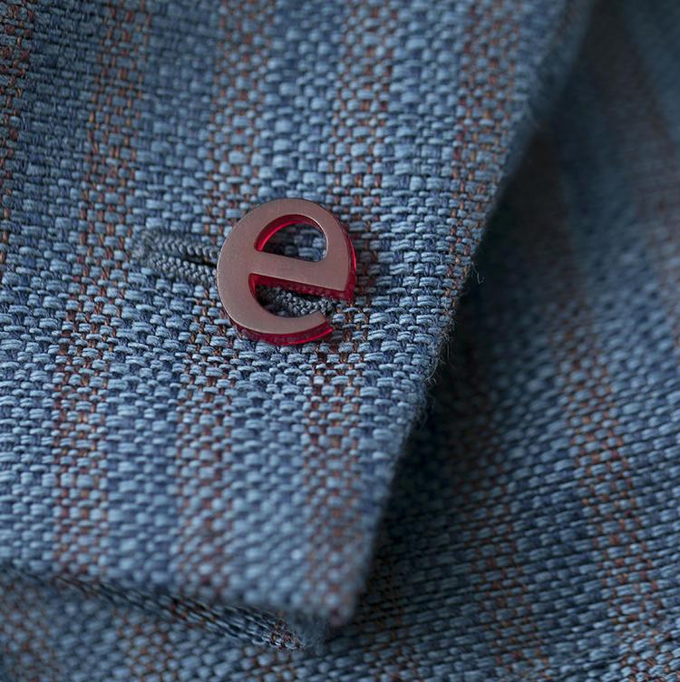 袖の「e」マークがトレードマーク。