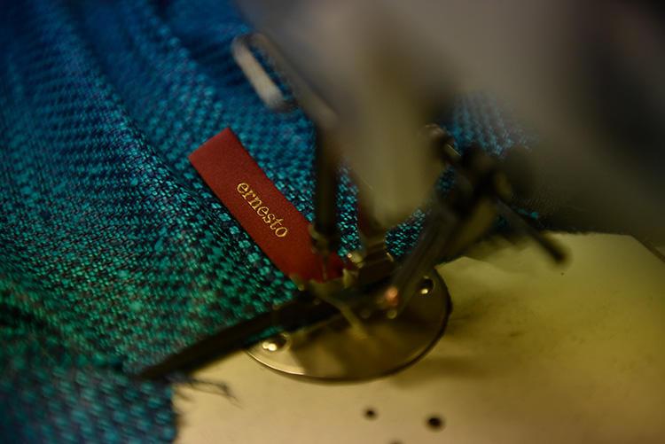 「ernesto」のタグは、縦向きにループのようにつくのも特徴。