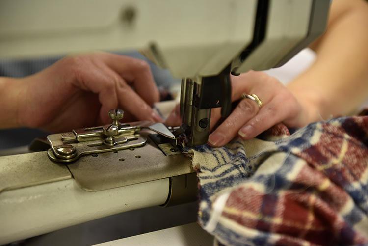 マシンメイドでも、とくにゆったりと手の感覚を大事にしながら縫われるのは、イセをとりながら稼動域を確保する袖つけ。