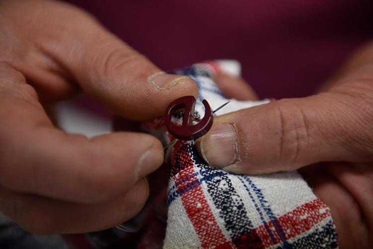 左袖のボタンが「e」の形なのも、着ていてひと目で分かるエルネストのトレードマーク。