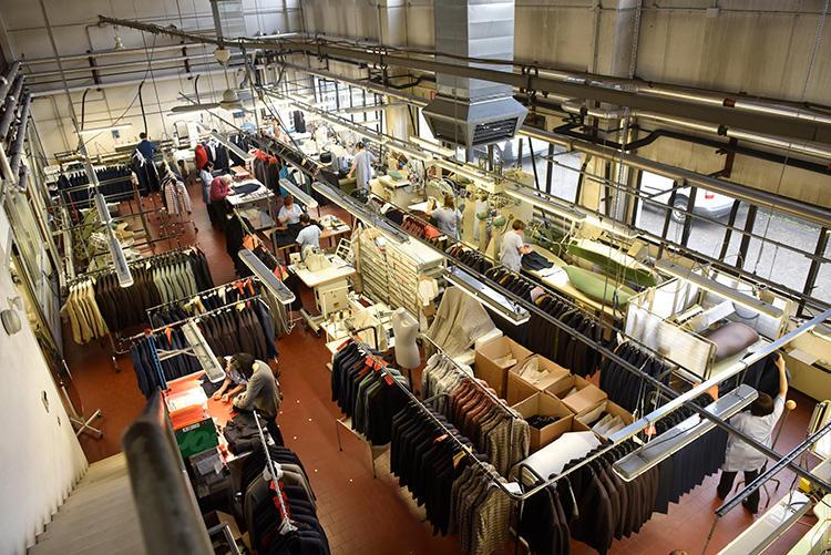 きれいに整えられた工場。こちらはアイロンやボタン付けなどの仕上げルーム。