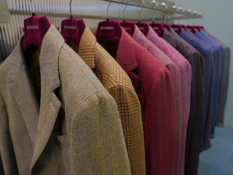 ジャケットは、こちらのようにもともとは明るめ地色だが、トーンを落として落ち着かせたカラーリングに。
