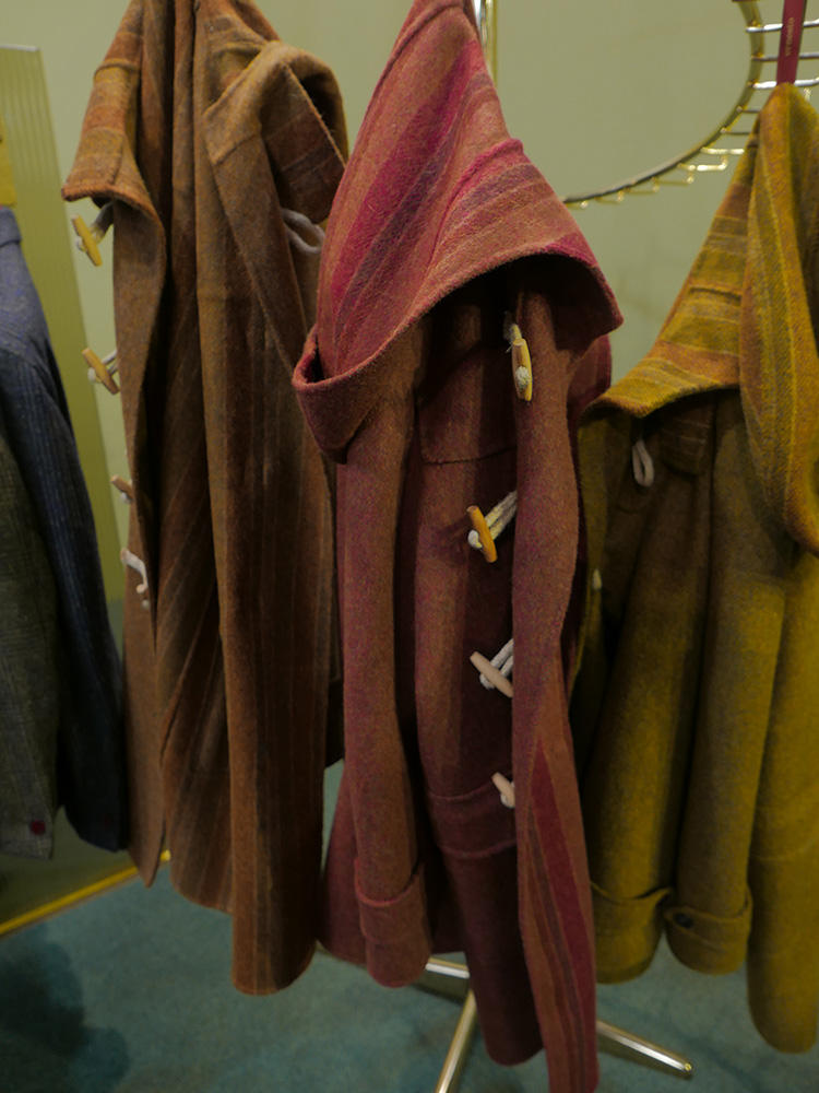 ウール50%に、アルパカを50%混紡しているのでとても柔らかなタッチ。ボルドーやからし色の、絶妙なメランジカラーが美しい。
