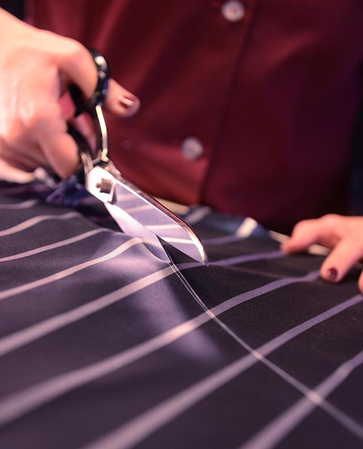 そして製品になったとき生地がねじれないよう、繊維に対してきっちり45度の角度に手で裁断する。