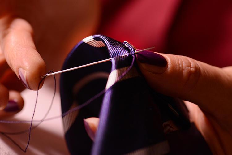 芯地を入れた後は、ネクタイのセンターラインに、生地と芯地が完璧に固定されるよう、丁寧に縫われていく。タグやループもすべて手縫い。