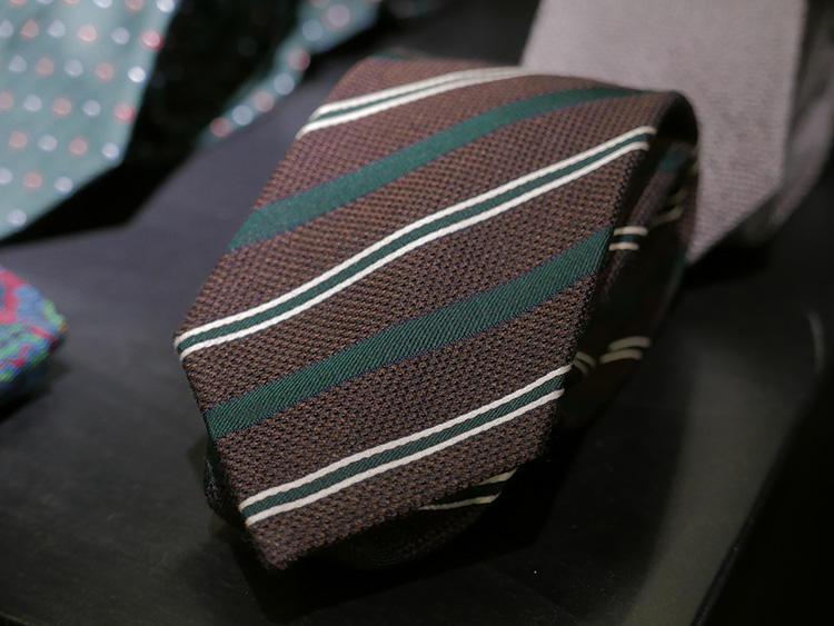 茶色の部分も、よく見ると、実はグリーンのような色が混ざったメランジなので、グリーンの部分のガルザとも相性が良い。